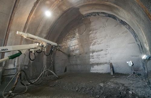 写真1■ トンネルの切り羽に自動でコンクリートを吹き付ける様子(写真:日経クロステック)