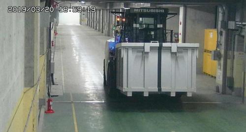 写真2■ 固体廃棄物貯蔵庫内部を無人のフォークリフトが走行する(写真:東京電力ホールディングス)