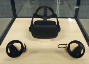 Oculus Questの本体(上)とコントローラー(下)