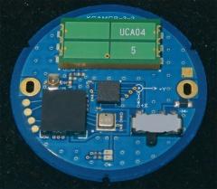 京セラが開発した新アンテナ「Amcenna(アムセナ)」を実装した2.4GHz帯通信モジュール。基板は500円玉と同サイズ