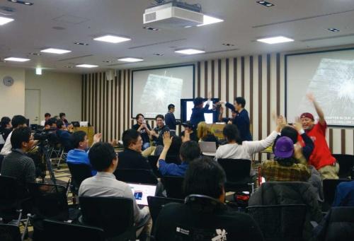 「HoloLens 2」発表時、日本マイクロソフト本社で開催されたパブリックビューイングイベントの様子。会場の参加者からは大きな歓声が上がった