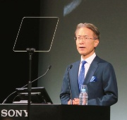 登壇するソニー 取締役 代表執行役 社長 兼 CEO(最高経営責任者)の吉田憲一郎氏(撮影:日経 xTECH)