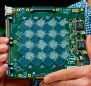 脳型チップを搭載したボード(出所:Intel)