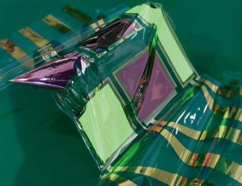 図1 3µm厚の極薄フィルム上に形成した緑色発光の有機ELシート