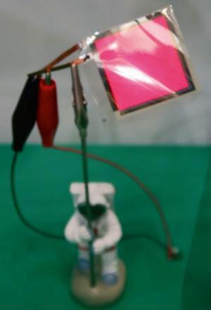 図2 70µm厚のピンク色に発光する有機ELシート