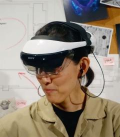 ソニーが実証実験に使用した新型AR用HMDを装着した様子(撮影:日経 xTECH)