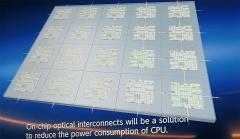 NTTが実現を目指すチップ/コア間光インターコネクトの実装イメージ(図:NTTの展示を本誌が撮影)