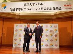 TSMCチェアマンのマーク・リュウ氏(右)と東京大学総長の五神真氏(左)(撮影:日経 xTECH)