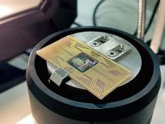冷却プローブ上の超電導プロセッサー(写真:横浜国立大学)