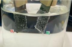低コストかつ高耐久のRu-Ir合金触媒。(写真:京都大学 北川宏研究室)
