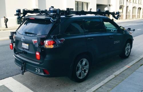 (a)サンフランシスコで停車中のZooxの自動運転車