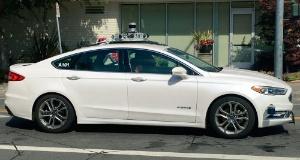 (c)パロアルト市を走行するLyftの自動運転車とみられる車両