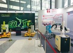 図1 ロボットや模擬生産ラインを展示