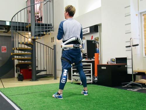 IWA ACADEMY でトレーニングする前田健太選手。HAL の腰タイプ自立支援用を装着し、身体を動かした。同製品の利用で運動能力の向上を目指す。その一環でサイバーダインは同施設を運営するIWA JAPAN と協力している。