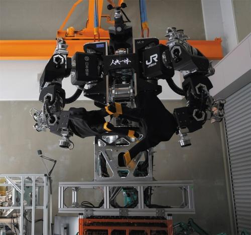 図1 高さ3m超えの人型重機が高所での重作業を代替