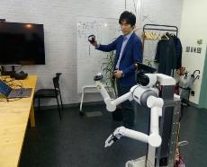 ロボットへの動作教示の様子