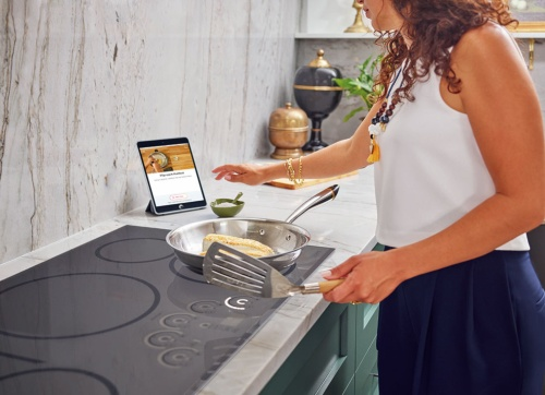 (a)Hestan Smart Cookingが開発したセンサーを内蔵したIHコンロ