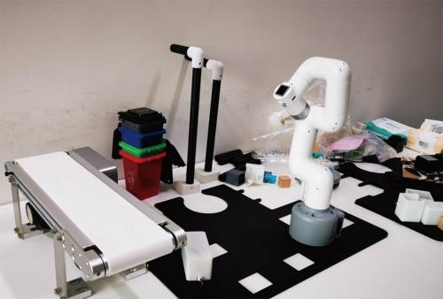 写真右側のロボットアームが「myCobot」。6つのサーボを備え、大型のロボットアームを制御するElephant Roboticsの環境「Roboflow」に対応している。ROSで制御できる。アームの長さは350mm、重さは850gでペイロードは250g。国内ではスイッチサイエンスが代理店となって発売する予定。(写真:高須 正和)