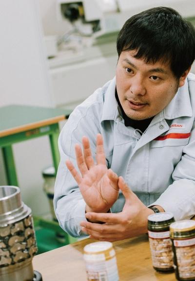 手前に写っているのが「新型カキノタネ」(龍屋物産、竹内製菓)写真:志田彩香