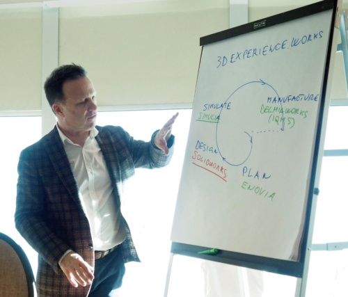 図1 ダッソー・システムズの新戦略「3DEXPERIENCE.WORKS」について説明する、Dassault Systemes SOLIDWORKS CEOのGian Paolo Bassi氏