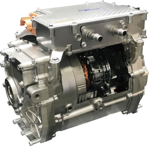 アイシン精機は、電動パワーユニット「eAxle」のカットモデルを出展した。モーターとインバーター、減速機(トランスアクスル)を1つにまとめて、10~15kg軽量化した。電気自動車(EV)だけではなく、ハイブリッド車(HEV)などへの適用も狙う。(写真:日経 xTECH)