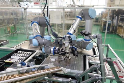 図1 2台の協働ロボットを使った「自動組み立てシステム」