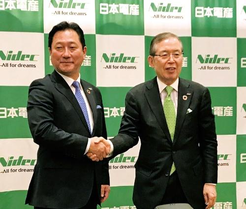 図3 握手を交わす関氏と永守氏