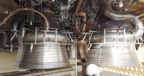 図5 3基が3角形に配置された第8回BFTのLE-9エンジン