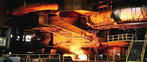 高炉から流れ出る銑鉄