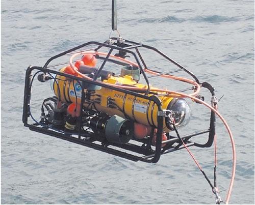 図1 可視光無線通信装置を搭載した水中無人探査機(ROV)
