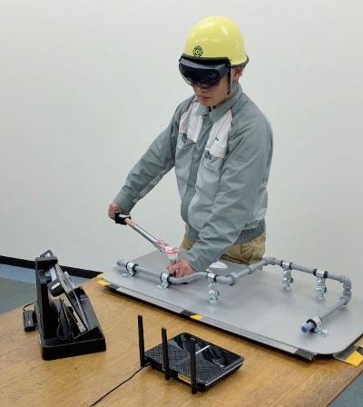 図1 スマートグラスを装着してボルトを締結する作業者