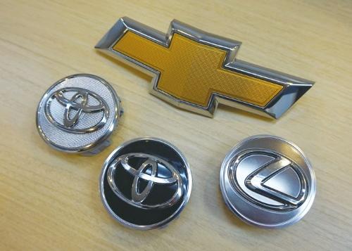 図2 ウェーブロック・アドバンスト・テクノロジーの金属加飾シートを使った自動車部品