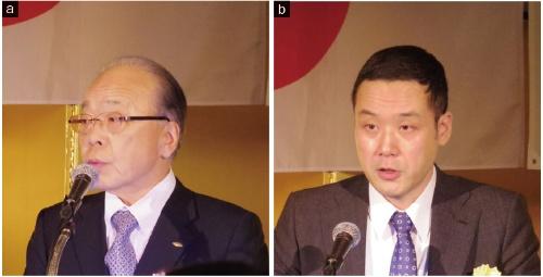 図1 日本工作機械工業会の飯村幸生会長(東芝機械会長、a)とニュースダイジェスト社の八角秀編集長(b)