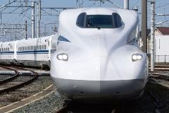 図1 東海道新幹線の新形式車両「N700S」の外観(左)とリサイクルAl合金材を採用した車内(右)
