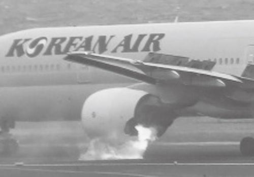 図1 第一エンジンから火を噴いた大韓航空2708便