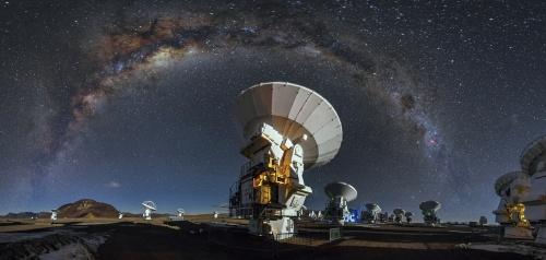 図1 アルマ望遠鏡と天空に架かる天の川銀河