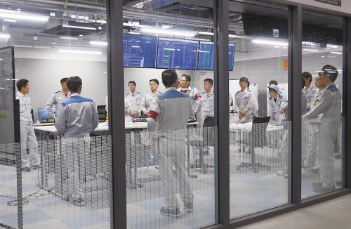 図1 組み立てラインのすぐ脇に設置した「工場IoTプロジェクトセンター」