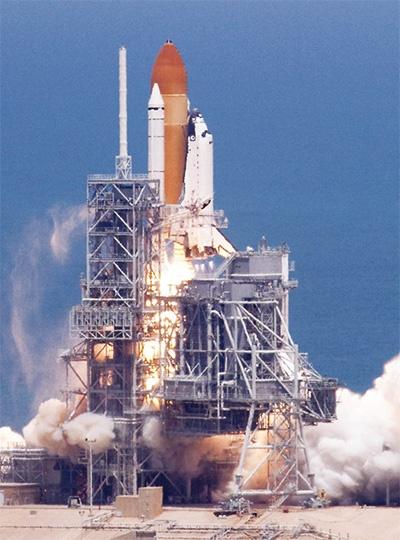 図2 スペースシャトルSTS-135の打ち上げ
