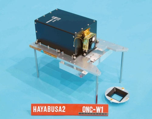 図2 探査機本体の底面に配置された広角の光学カメラ「ONC-W1」
