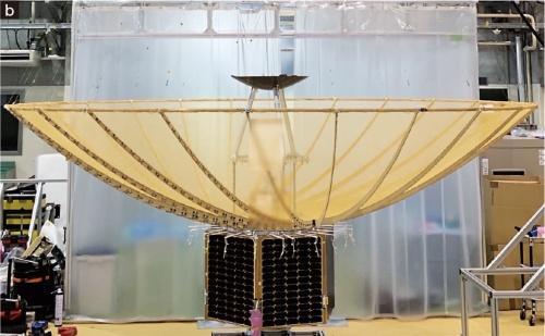 図2 パラボラアンテナを搭載したイザナギ