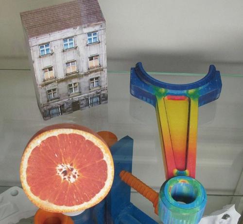 図2 紙を造形材料とするシート積層法で造ったフルカラーの立体モデル