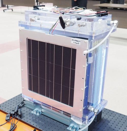 図1 豊田中央研究所が開発した電極寸法が36×36cmの人工光合成装置