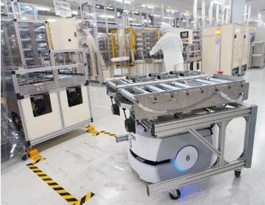 図1 SLAM型の搬送ロボットが工場内を縦横無尽に動く