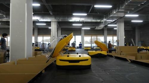 ジュンの福島拠点で荷物を運ぶLiBiao社のロボット