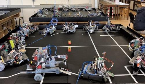 図1 学部生が実習で開発したロボット
