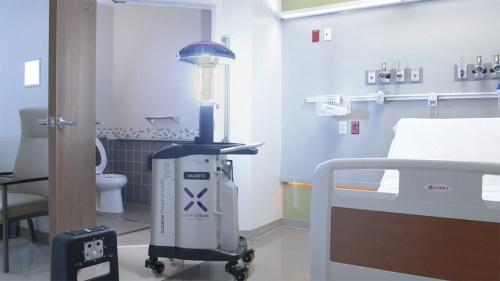 図1 病室でロボットが消毒を行っている様子