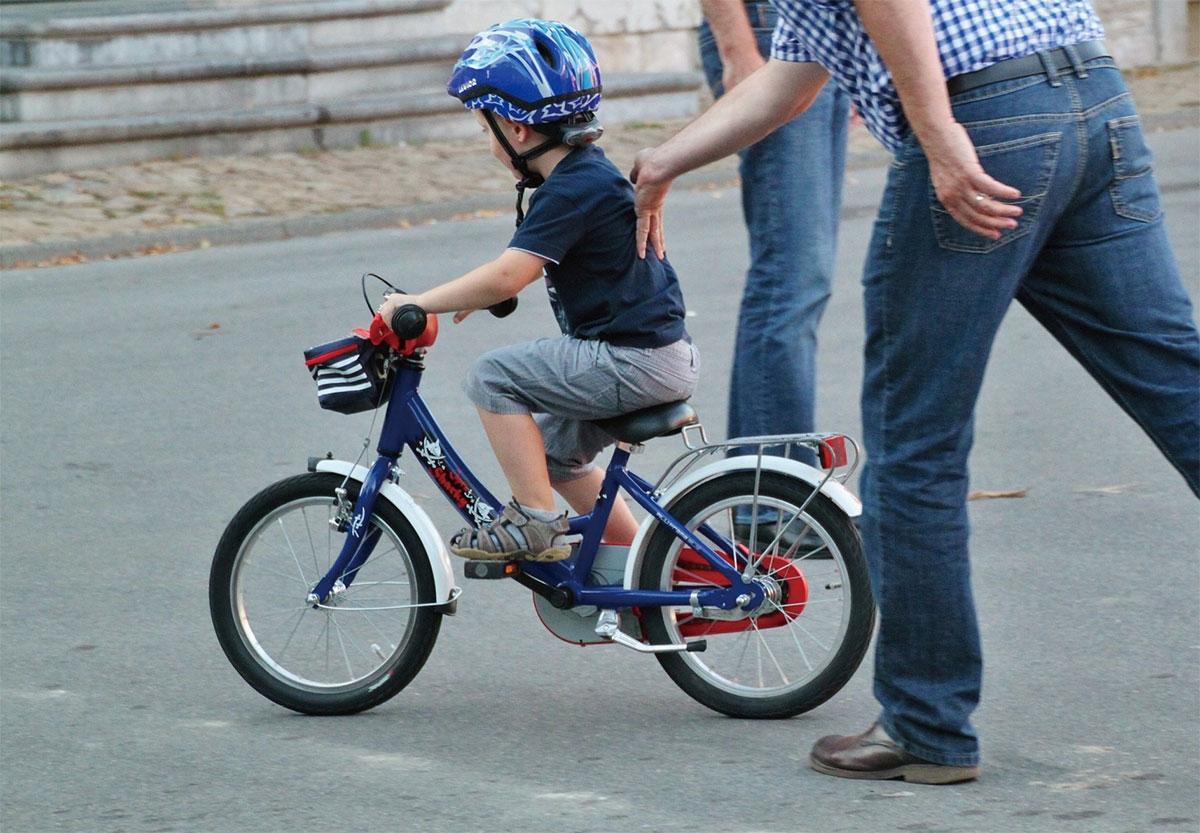 人や動物は、自転車に乗るなど新しいタスクに臨む際、それ以前の基本スキルをうまく再利用し、学習のデータ効率を高めている。