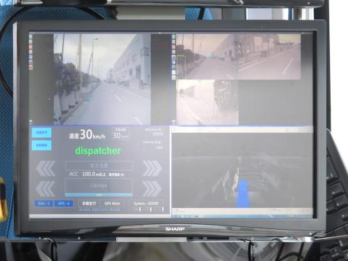 車内に設置したモニター画面。車外に向けたカメラ映像と、それをAIで解析し他の車両や歩行者などを検知した結果を表示している