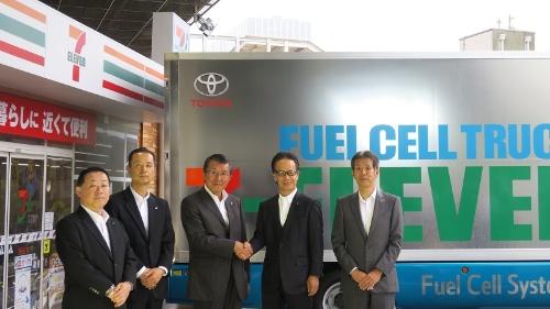 セブン-イレブン・ジャパンの古屋一樹代表取締役社長(左から3番目)とトヨタ自動車の友山茂樹副社長(右から2番目)