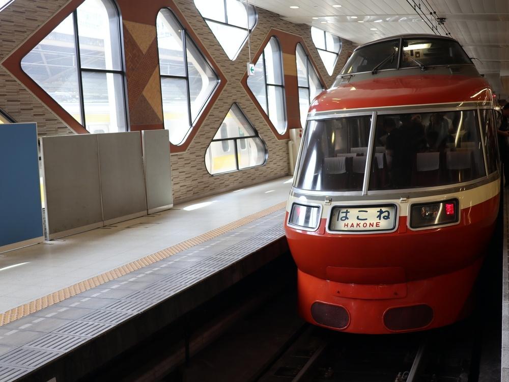 小田急新宿駅に停車する特急ロマンスカー。壁の向こう側にJR新宿駅がある